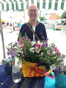 Summer-market-happy-customer