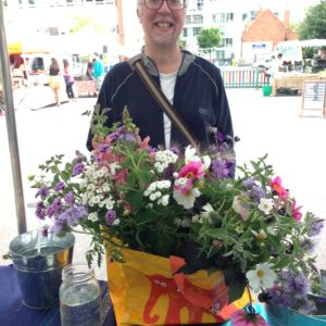 Summer-market-happy-customer